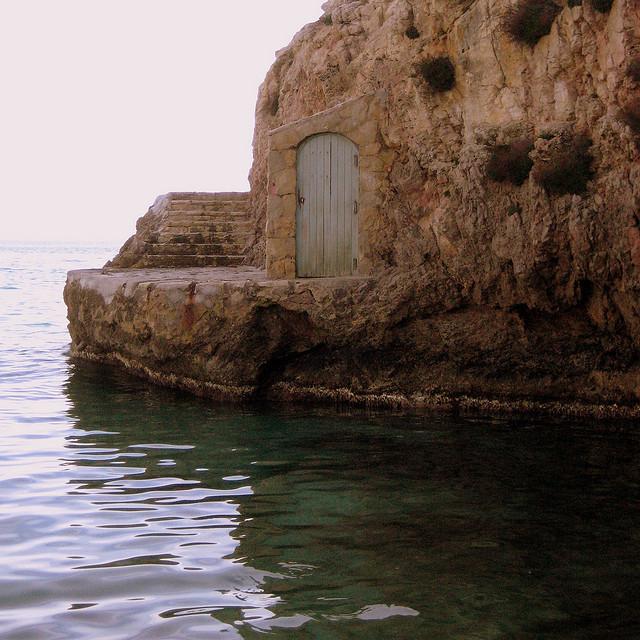 Дверь в скале