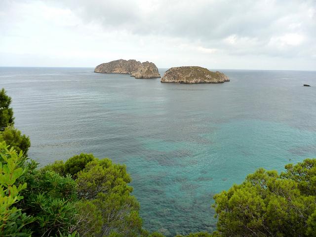 Две одинокие скалы в море
