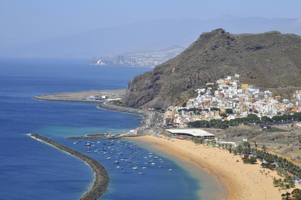 Вид с воздуха на знаменитый пляж Тереситас, Испания