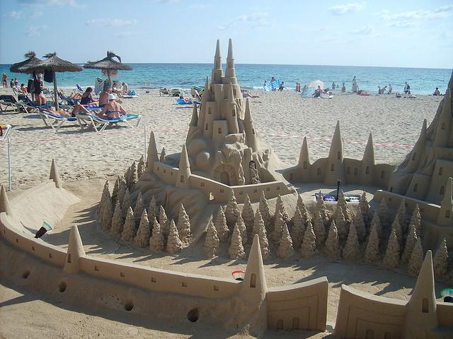 Красивый замок из песка в Са-Коме