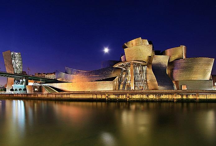Музей Гуггенхайма ночью