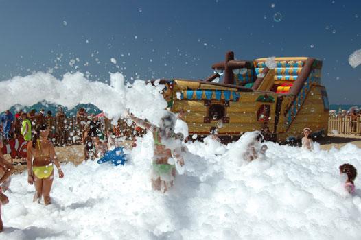 Праздник пены на пляже в Санта-Сусанне