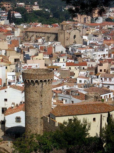 Старая церковь города и крепостная стена