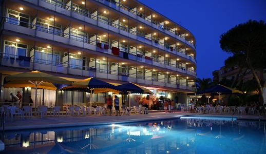 Ночной фасад отеля Medplaya Monterrey