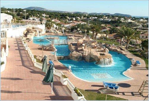 Красивый бассейн отеля