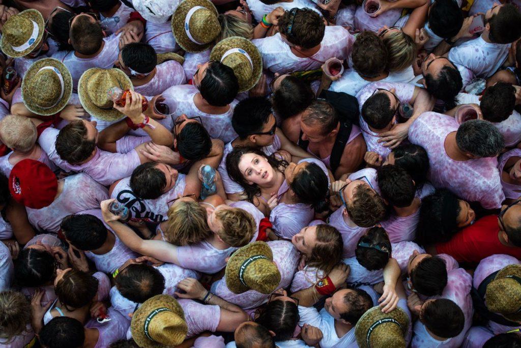 Огромное количество людей приходит на фестиваль