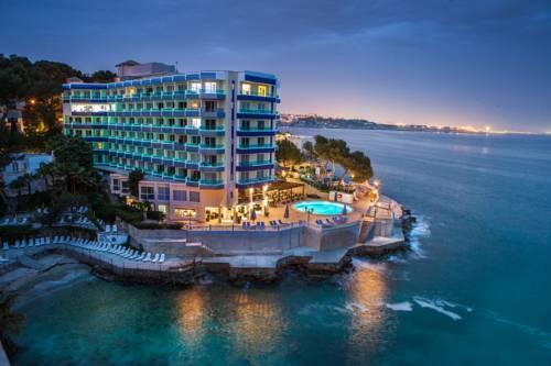 Один из прибрежных отелей курорта