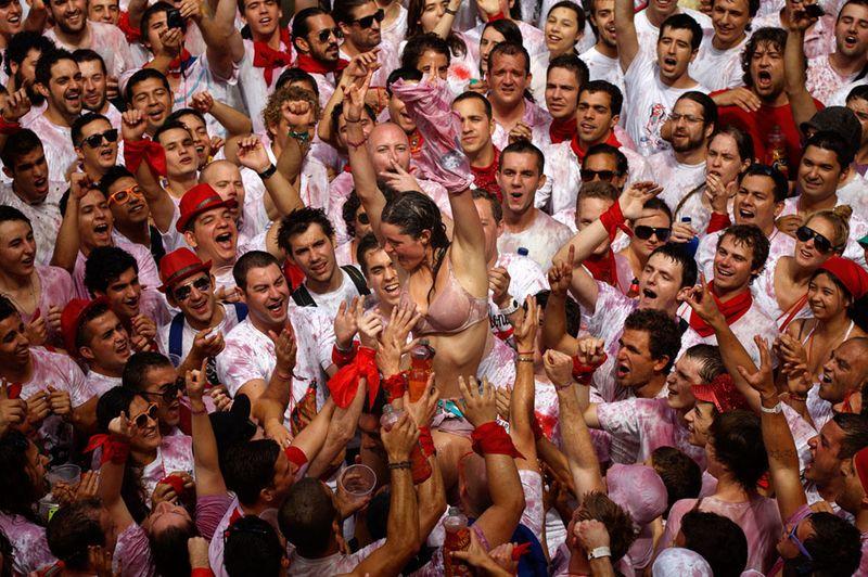 Девушкам надлежит срывать с себя одежду обливаясь вином, чтобы все могли трогать их за грудь