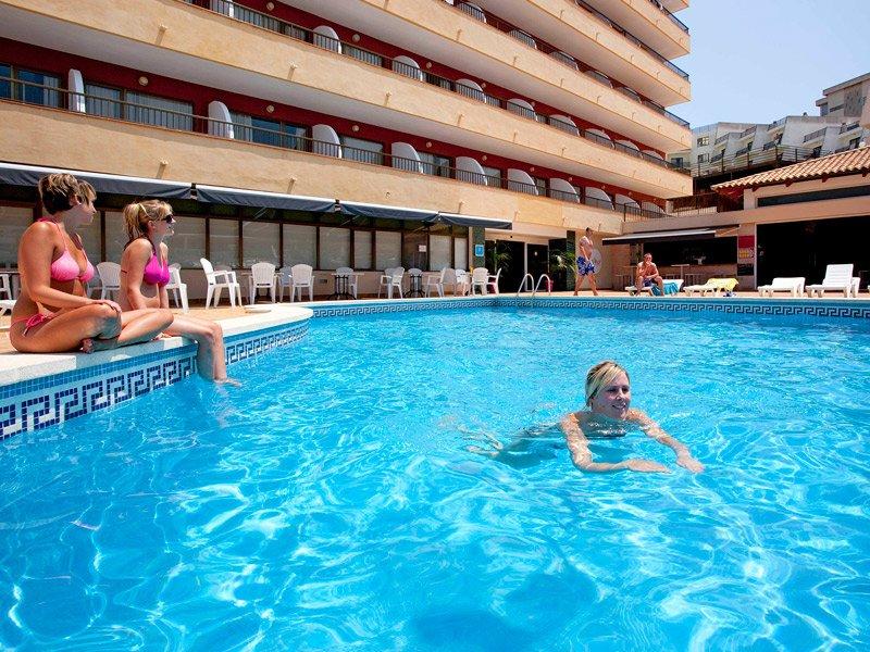 Большой бассейн в отеле