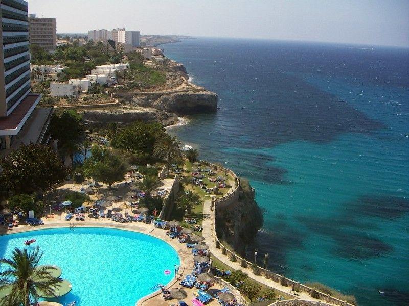 Вид из отеля на побережье курорта