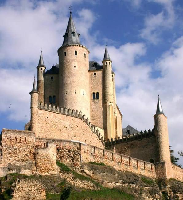 Город обнесен крепостными стенами еще с римских времен