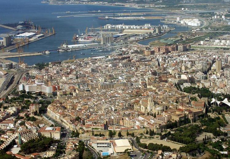 Таррагона - крупнейший морской порт Испании с высоты птичьего полета