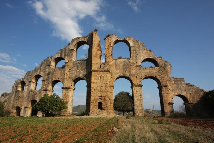 Акведук в древнем городе Аспендос