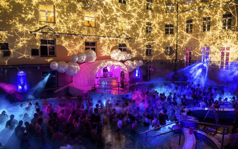 Водные вечеринки - любимое развлечение местных и туристов