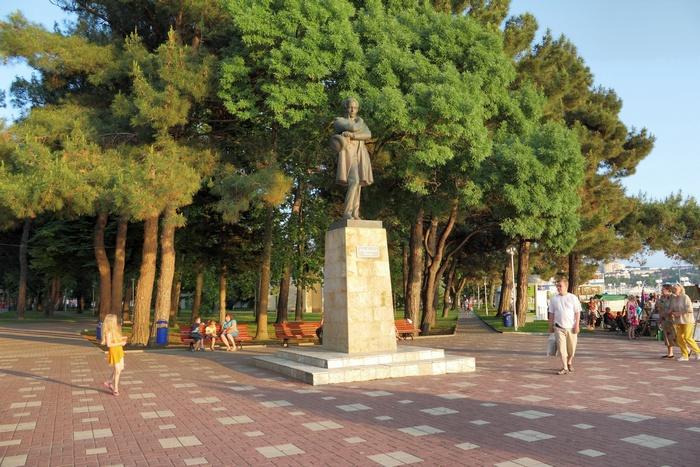Памятник М. Ю. Лермонтову на набережной
