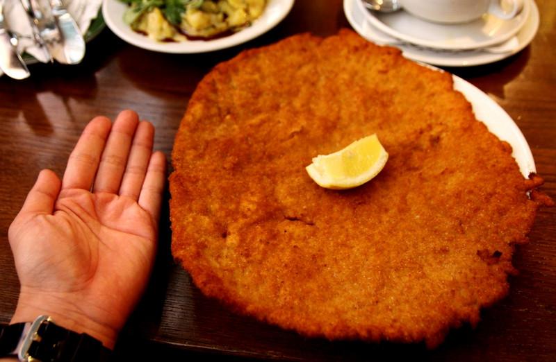 Самые большие шницели подают в ресторане «Figmuller»