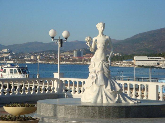 Скульптура Белой невесты в Геленджике