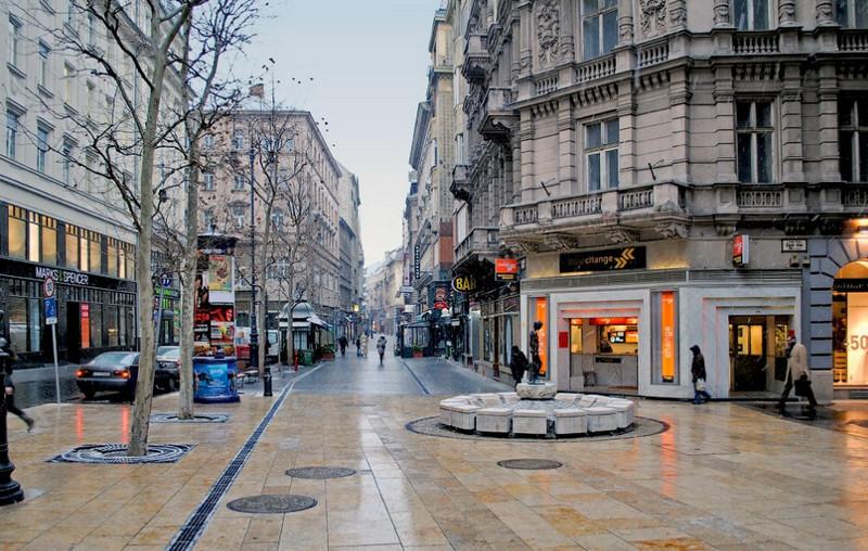 Шопинг в Будапеште можно совершать на пешеходной улочке Ваци