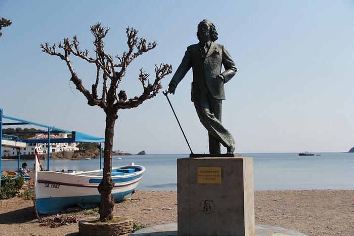 Памятник Сальвадору Дали на пляже Плайя Ллане
