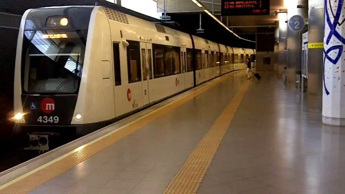 Поезд метро на станции аэропорта