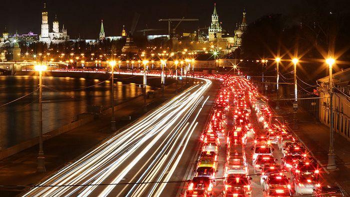 Пробка на набережной возле Кремля