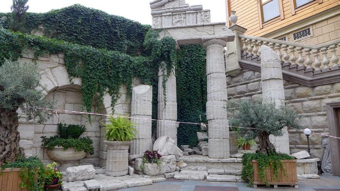 Античные колонны в Межигорье