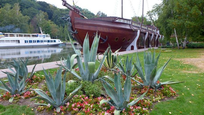 Корабль-ресторан на территории комплекса