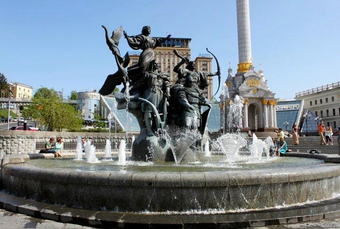 Памятник основателям на Майдане