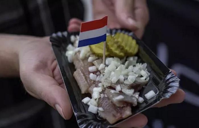 Знаменитая голландская селедка в Stubbe's Haring