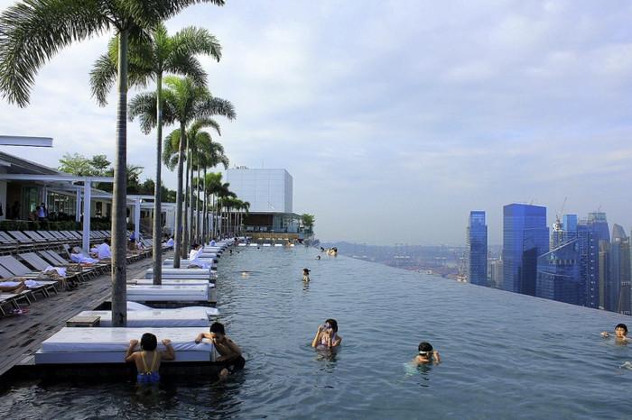 Необычная гостиница с бассейном на крыше