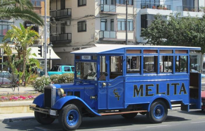 Автобус на улицах Слимы