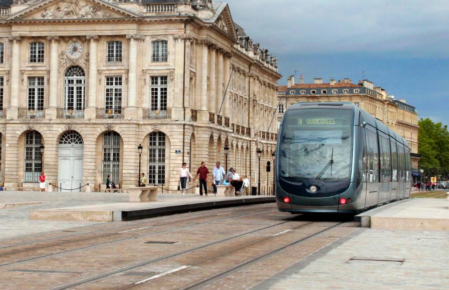 Современный городской трамвай в Бордо